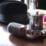 chapeau et micro crooner